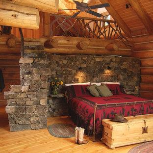 Idées déco pour une chambre d'amis montagne de taille moyenne avec un mur marron et un sol en bois clair.