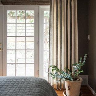 Diseño de dormitorio principal, clásico renovado, de tamaño medio, sin chimenea, con paredes marrones y suelo de madera en tonos medios