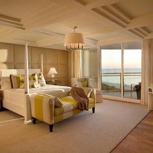 Ejemplo de dormitorio principal, contemporáneo, de tamaño medio, sin chimenea, con paredes beige, suelo de madera en tonos medios y suelo marrón