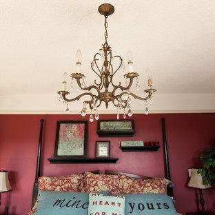 Ejemplo de dormitorio principal, ecléctico, grande, sin chimenea, con paredes rojas y suelo de madera pintada