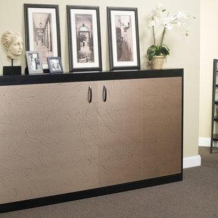 ダラスの小さいモダンスタイルのおしゃれな客用寝室 (ベージュの壁、カーペット敷き、茶色い床) のレイアウト