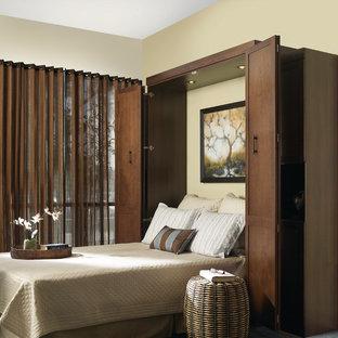 Diseño de habitación de invitados clásica, pequeña, con paredes beige, moqueta y suelo azul