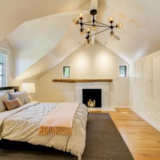 Неиссякаемый источник вдохновения для домашнего уюта: хозяйская спальня среднего размера в стиле современная классика с бежевыми стенами, паркетным полом среднего тона, стандартным камином, фасадом камина из плитки и коричневым полом