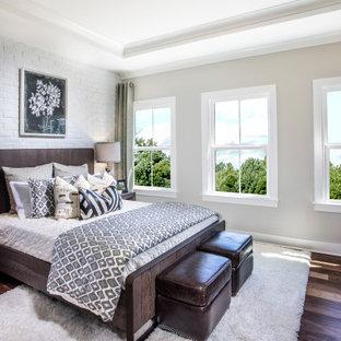 アトランタのトランジショナルスタイルのおしゃれな寝室 (グレーの壁、濃色無垢フローリング、茶色い床、折り上げ天井、レンガ壁) のインテリア