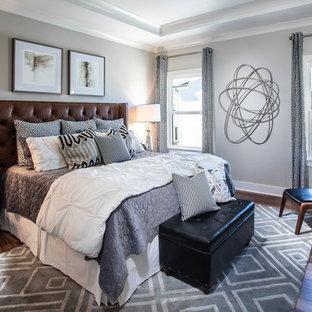 Modelo de dormitorio principal, urbano, de tamaño medio, sin chimenea, con paredes grises, suelo de madera en tonos medios y suelo multicolor