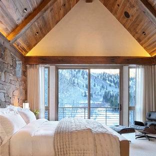 Imagen de dormitorio rural con paredes blancas y moqueta