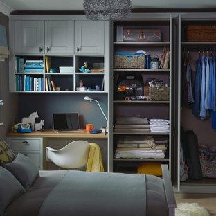 Diseño de dormitorio principal, clásico renovado, pequeño, con paredes verdes y suelo beige