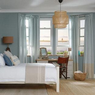 Inspiration för mellanstora maritima huvudsovrum, med blå väggar, ljust trägolv och beiget golv