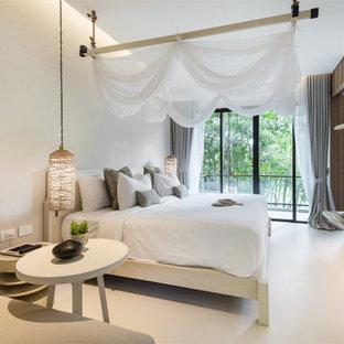 Modelo de dormitorio actual, de tamaño medio, sin chimenea, con paredes beige, suelo de baldosas de cerámica, marco de chimenea de madera y suelo beige