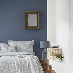 Diseño de dormitorio principal, rural, de tamaño medio, con paredes azules, suelo de madera pintada y suelo blanco