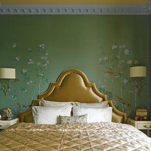 Asiatisches Hauptschlafzimmer mit grüner Wandfarbe in Moskau