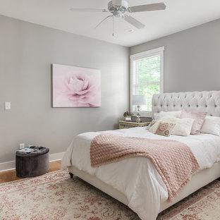 Ispirazione per una piccola camera matrimoniale stile americano con pareti grigie e parquet chiaro
