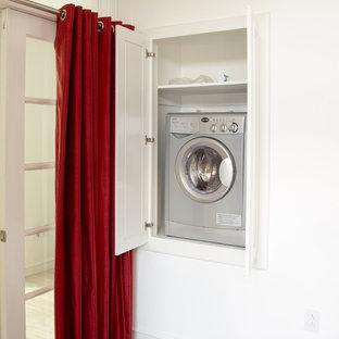 Стильный дизайн: большая гостевая спальня в стиле модернизм с белыми стенами и темным паркетным полом - последний тренд