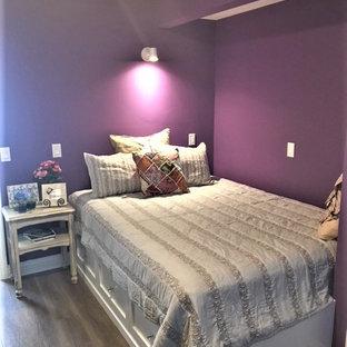 Imagen de habitación de invitados ecléctica, de tamaño medio, con suelo laminado, suelo beige y paredes púrpuras