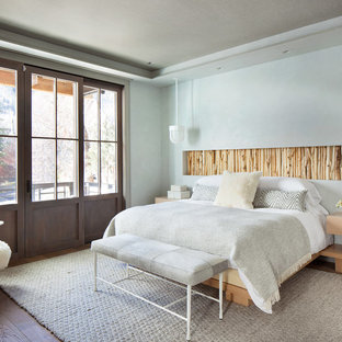 Свежая идея для дизайна: спальня в стиле рустика с серыми стенами и темным паркетным полом - отличное фото интерьера
