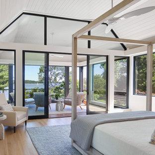 Immagine di una grande camera da letto stile rurale con pareti beige, parquet chiaro e soffitto a volta