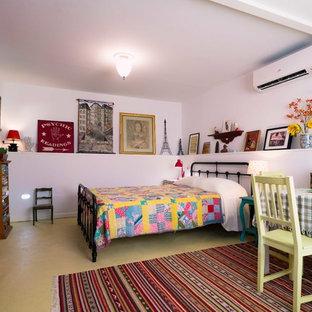 Modelo de habitación de invitados bohemia, pequeña, con suelo de cemento