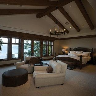 Ispirazione per un'ampia camera matrimoniale chic con pareti beige, moquette e pavimento beige