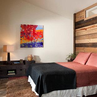 Ejemplo de dormitorio principal, rústico, de tamaño medio, sin chimenea, con paredes blancas, suelo de linóleo y suelo marrón