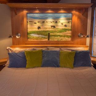 Ispirazione per una piccola camera matrimoniale classica con pareti beige, moquette, camino ad angolo e cornice del camino in pietra