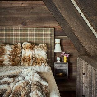 Bild på ett rustikt sovrum, med bruna väggar, mörkt trägolv och brunt golv