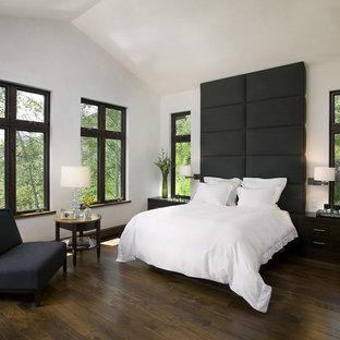 サンフランシスコのコンテンポラリースタイルのおしゃれな寝室 (白い壁、濃色無垢フローリング、茶色い床)