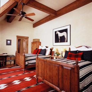 Foto de habitación de invitados rural con paredes beige