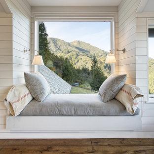Idées déco pour une petite chambre d'amis montagne avec un mur blanc, un sol en bois foncé et aucune cheminée.