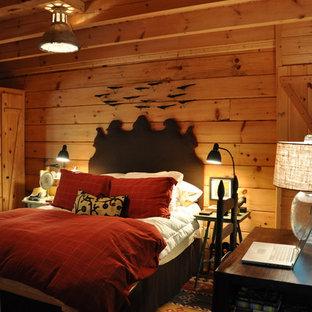 Ejemplo de dormitorio principal, rústico, pequeño, con suelo de madera clara