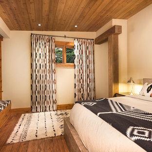 Idéer för ett mellanstort rustikt huvudsovrum, med beige väggar och mellanmörkt trägolv