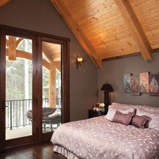 Idee per una camera matrimoniale rustica di medie dimensioni con pareti grigie e parquet scuro