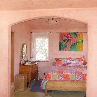 Foto de habitación de invitados exótica, de tamaño medio, sin chimenea, con paredes rosas, suelo de baldosas de cerámica y suelo beige