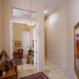 Bild på ett stort eklektiskt huvudsovrum, med beige väggar och klinkergolv i porslin