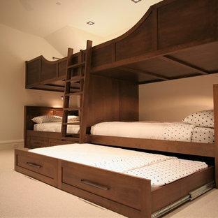 Foto de habitación de invitados rústica, de tamaño medio, sin chimenea, con moqueta, paredes beige y suelo beige