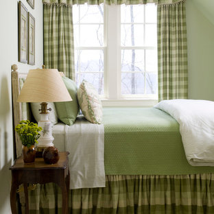 Diseño de habitación de invitados clásica, grande, con paredes verdes y suelo de madera oscura