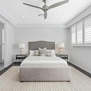 Источник вдохновения для домашнего уюта: большая хозяйская спальня в современном стиле с белыми стенами, ковровым покрытием и черным полом без камина
