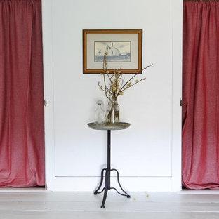 Ejemplo de habitación de invitados de estilo de casa de campo, pequeña, sin chimenea, con paredes blancas, suelo de contrachapado y suelo blanco