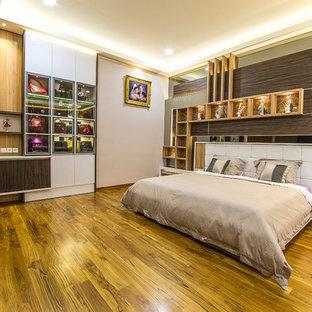 Imagen de dormitorio moderno, de tamaño medio, con suelo vinílico