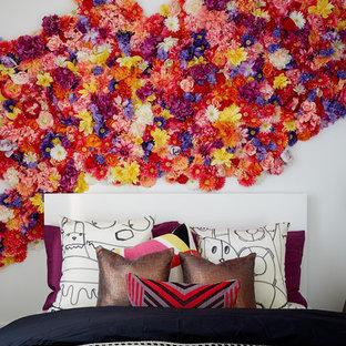 Foto de habitación de invitados bohemia, pequeña, con paredes blancas