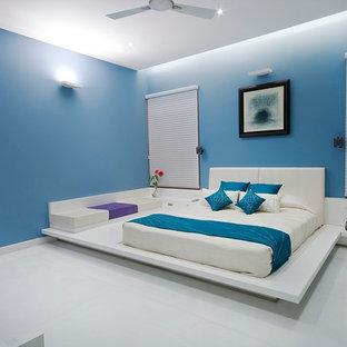 Diseño de dormitorio principal, contemporáneo, de tamaño medio, sin chimenea, con paredes azules y suelo de baldosas de cerámica