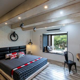 Immagine di una camera matrimoniale minimal di medie dimensioni con pareti bianche, pavimento marrone, parquet scuro e angolo studio