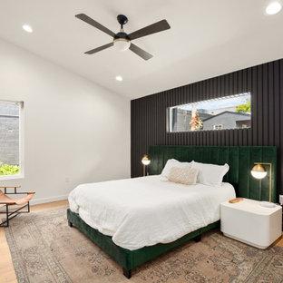 Modernes Schlafzimmer mit schwarzer Wandfarbe, braunem Holzboden, braunem Boden und gewölbter Decke in Austin