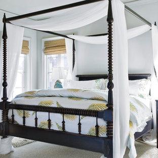 Bild på ett mellanstort eklektiskt sovrum, med vita väggar, mörkt trägolv och brunt golv