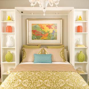 Ejemplo de dormitorio clásico renovado con paredes grises