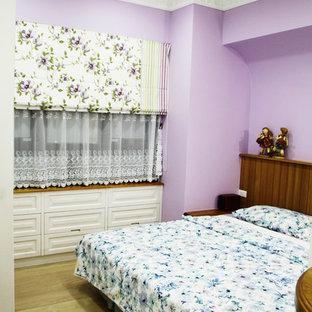 Imagen de dormitorio principal, rústico, pequeño, sin chimenea, con paredes púrpuras, suelo laminado y suelo amarillo