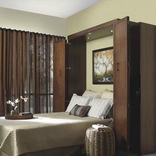 Immagine di una camera degli ospiti chic di medie dimensioni con pareti gialle, moquette, nessun camino e pavimento verde