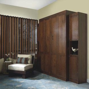 Modelo de habitación de invitados tradicional renovada, de tamaño medio, sin chimenea, con paredes amarillas, moqueta y suelo verde