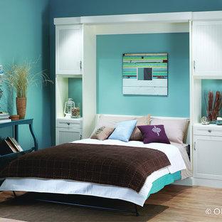 Idee per una camera degli ospiti tradizionale di medie dimensioni con pareti blu, parquet chiaro, nessun camino e pavimento marrone
