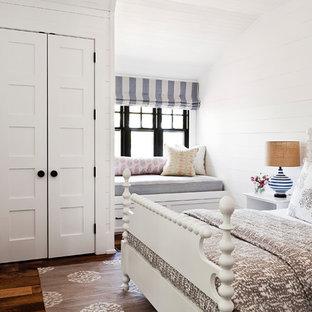 Imagen de dormitorio principal, costero, con paredes blancas, suelo de madera en tonos medios y suelo naranja