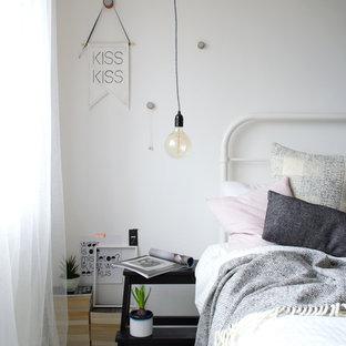 Diseño de dormitorio principal, nórdico, de tamaño medio, sin chimenea, con paredes blancas y suelo de madera pintada